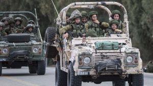 Israels armé patrullerar vid gränsen mellan Israel och Gaza.