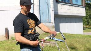 Andreas Bergdahl visar kitesurf utrustning