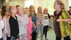 Kirkkonummen musiikkiluokkalaiset kuuntelevat ohjaaja Eija Ahvon ohjeita