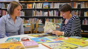 Bibliotekarier med barnböcker om skilsmässa