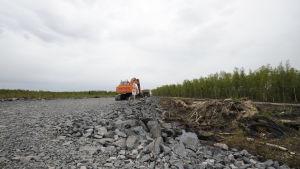 Grävmaskin står parkerad på vägbygget som ska gå till Fennovoimas kärnkraftverk i Hanhikivi