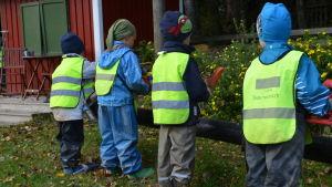 Pojkar på gården vid Jorvas barnträdgård