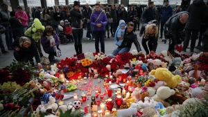 Människor samlas vid Pilkovo-flygplats för att hedra de som dog då ett ryskt flygplan krashade i Sinai.
