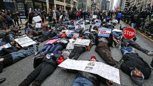 Demonstration i Chicago 24.12.2015 där demonstranterna kräver att borgmästaren avgår på grund av polisvåld mot afro-amerikaner.