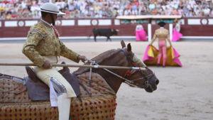 Picador osallistuu härkätaisteluun