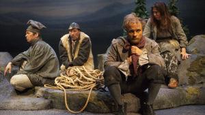 I väntan på ledaren i finska Lappland. Jan-Christian Söderholm, Pekka Huotari, Paavo Kerosuo och Jonna Nyman i Ta mig till er ledare på Lilla teatern.
