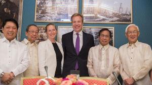 Norges utrikesminister Børge Brende (i mitten) är värd för förhandlingarna. Kommunispartiets landslfyktige grundare Jose Maria Sison (andra från vänster) deltar också i fredssamtalen.