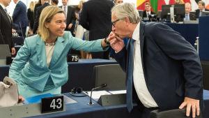 EU-kommissionens ordförande Jean-Claude Juncker kysste EU:s utrikesansvariga Federica Mogherini på handen i EU-parlamentet i Strasbourg.