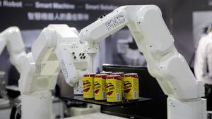Robotarmar som kan packa livsmedel förevisas vid en teknikmässa