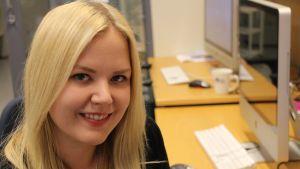 Tutkija Heidi Haikala Helsingin yliopistosta istuu päätteen äärellä.