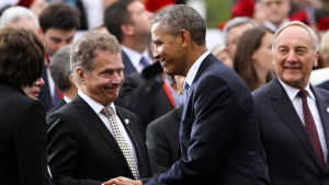 Sauli Niinistö skakar hand med Barack Obama.