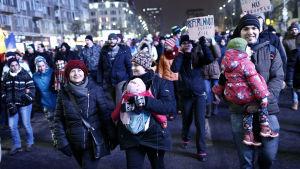 Barnfamiljer deltar i demonstrationen i Bukarest 29.1.2017
