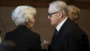 President Martti Ahtisaari diskuterar med Assi Koivisto på minnesstunden i Ständerhuset i Helsingfors den 25 maj 2017.