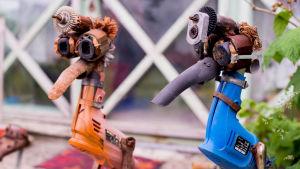 Fågelskulpturer gjorda av borrmaskinsdelar