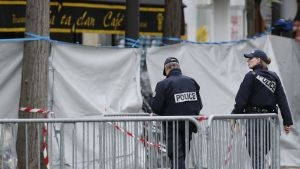 Poliser utanför konsertsalen Bataclan, där ett nittiotal människor miste livet i ett terrorattentat.
