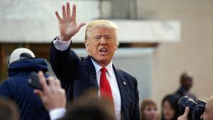 Donald Trump hälsar sin anhängare.