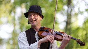 Mikael Fröjdö med en violin