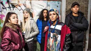 Draamasarja #Hashtag. Kuvassa Aju (Winelle Lopez), Nathalie Ida Pettersson, Johanna (Nosimo Sjögren), Bim (Loa Ek) och Mehmet (Kevin Vaz).