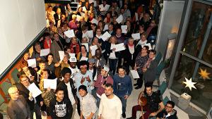 Många personer kom till Sparbanksstiftelsen i Karis-Pojos utdelning av bidrag. På bilden står alla  samlade för ett fotografi.
