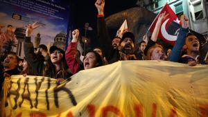 Folk protesterar mot resultatet i folkomröstningen i Turkiet i april 2017.