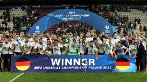 Tyska spelare firar mästerskapet.