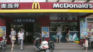 McDonald's stoppar försäljningen av köttprodukter i Kina på grund av misstanke om gammalt kött.