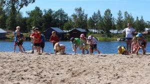 Lekande barn i simskolan vid Kronvik simstrand