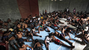 Flyktingar från rohingya-minoriteten från Burma och män från Bangladesh i ett flyktingläger i Indonesien.