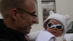 Max Holm på filmfestival med dottern Emmi - tre månader gammal.