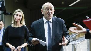 Mogherini och Frankrikes försvarsminister Jean-Yves Le Drian