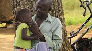 man och barn i norra uganda