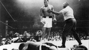 Ett ikoniskt sportfotografi. Muhammad Ali chockade sportvärlden genom att knocka Sonny Liston i den första ronden år 1965.
