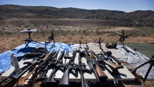 En rad automatvapen på ett bord inför en skytteträff i Arizona, USA