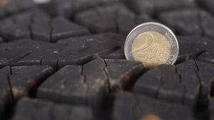 Ett två euros mynt används för att mäta mönsterdjupet på friktionsdäck.