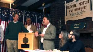 Rösterna i presidentvalet räknas i Dixville Notch i USA under presidentvalet 2016.