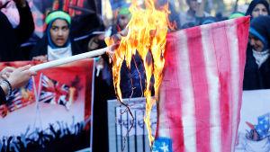 Många iranier anslöt sig till en kampanj på sociala medier när man uppmanade folk att inte längre bränna amerikanska flaggor av respekt för det amerikanska folket. Flaggor brändes ändå bland annat i Teheran
