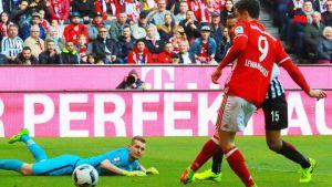 Robert Lewandowski gör mål bakom Lukas Hradecky.