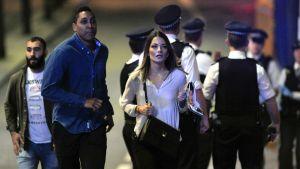 Människor tar sig bort från platsen där terrorister slog till i London den 3 juni 2017..