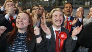 Labour-anhängare firar på valvaka i Glasgow, Skottland.