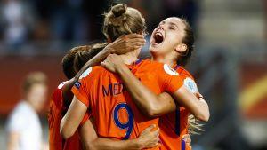 van den Sanden, Miedema och Martens firar ett mål vid EM 2017.