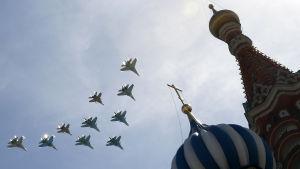Militärflyg ovanför Röda Torget övar inför segerparaden.