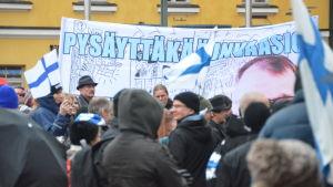 Rajat Kiinni-rörelsen demonstrerar på Narinken i Helsingfors