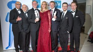 Fäktaren valdes till Årets bästa film. I mitten manusförfattaren Anna Heinämaa, och regissören Klaus Härö andra till höger.