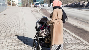 Invandrarkvinna med barn