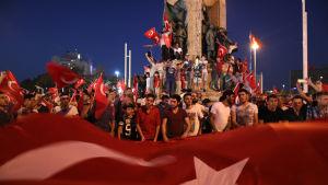 President Erdoğans anhängare i Istanbul firar att kuppförsöket misslyckades.