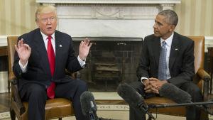 Donald Trump och Barack Obama sitter bredvid varandra i Vita huset.