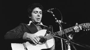 Leonard Cohen spelar gitarr år 1972.