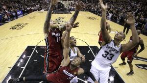 San Antonio Spurs och Miami Heat tävlar om bollen.