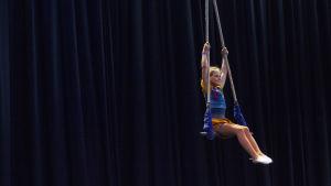 Monna Orraryd esiintyi trapetsilla sirkusleirin päättävässä näytöksessä.