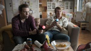 Timo Lavikainen och Jussi Vatanen agerar barnvakter med tv-spel som största intresse.